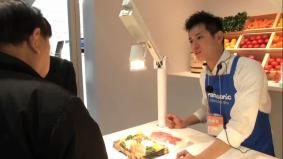 多くの来場者が訪れた彩光色LED実演コーナー。 (2分03秒)