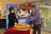 「小松」の誕生を祝う。中国・北東アジア地域 大澤総代表も夫人と参加。