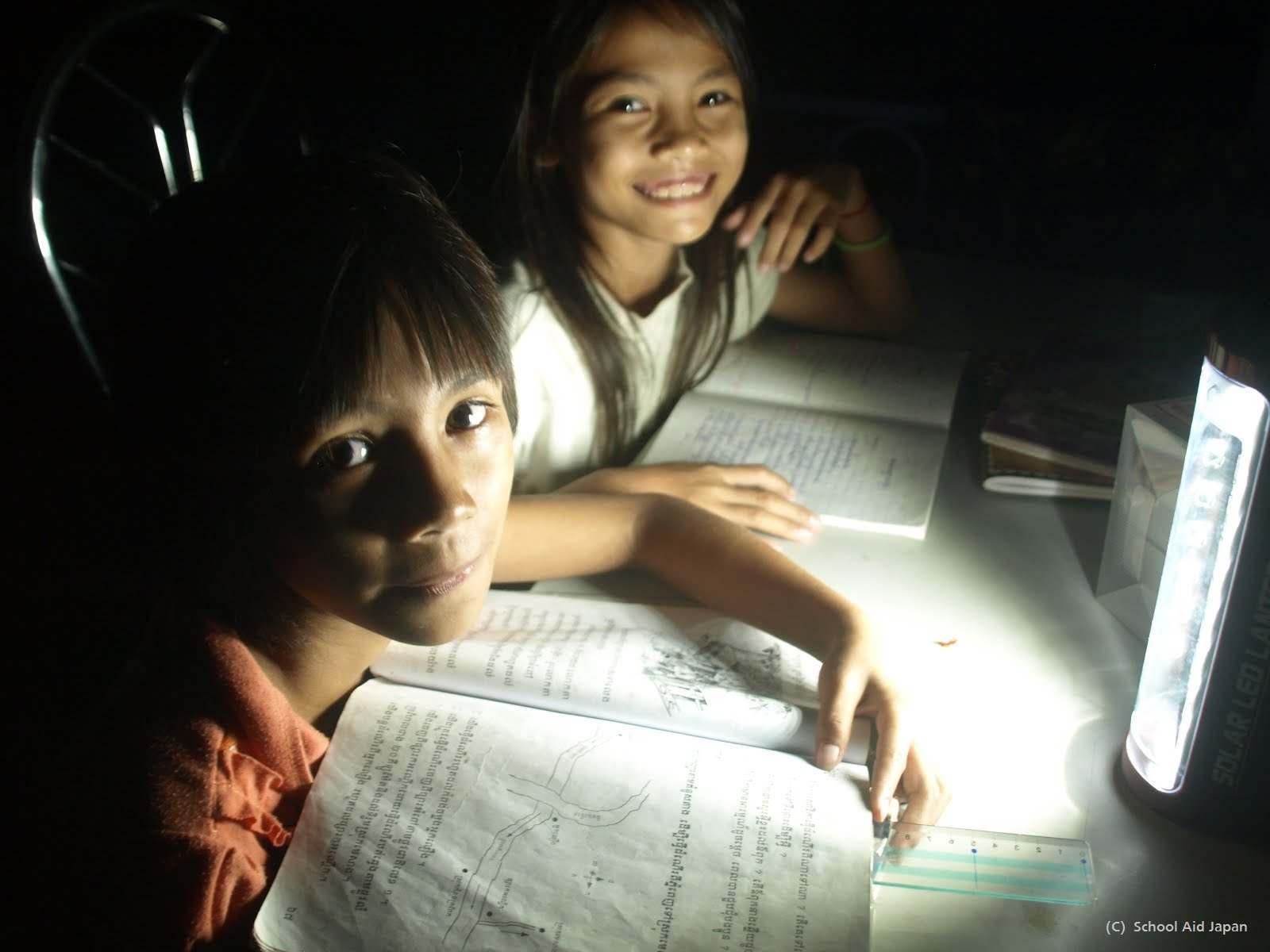自習する孤児院の子どもたち(写真提供: 公益財団法人 School Aid Japan )