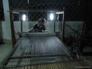 ソーラーライトのあかりで機織をする女性(写真提供: 認定NPO法人 幼い難民を考える会)