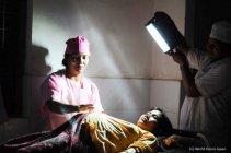 夜間の妊産婦健診の様子(写真提供:認定NPO法人 ワールド・ビジョン・ジャパン)