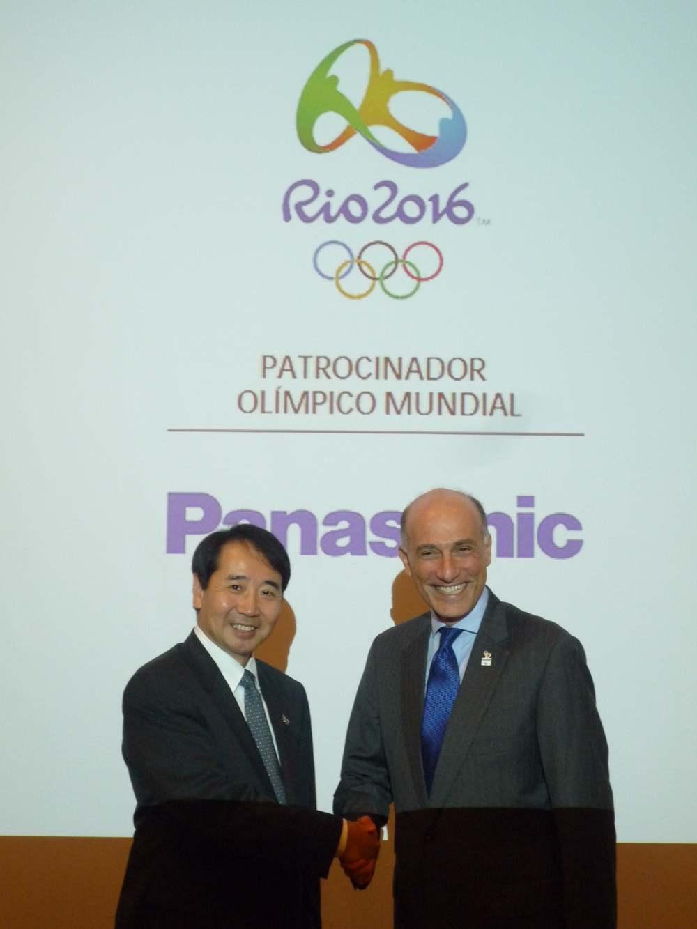 リオオリンピック組織委員会CEOシドニー・レヴィー氏(右)とパナソニックブラジル村上社長