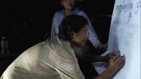 夜間の識字教室で読み書きを学ぶ人々
