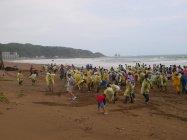 海岸を掃除する台湾地域グループ会社の社員と家族