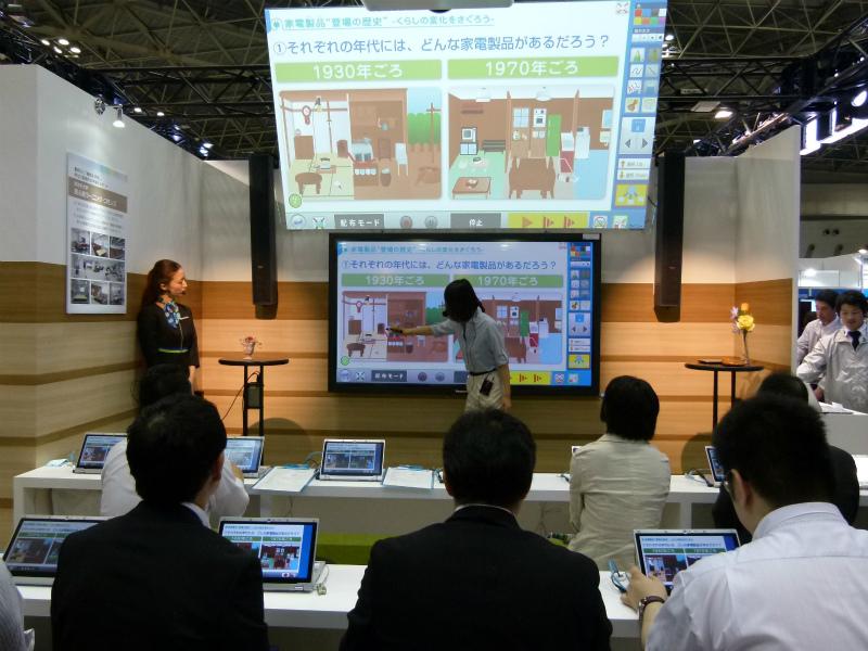 実際のメインブースでの模擬授業の様子(電子黒板とタブレット連携)