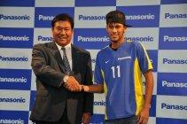記者発表にて。ネイマールJr.選手(右)とパナソニック・鍛治舍専務役員(左)