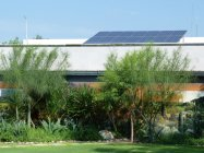 知事公邸の屋根に設置された太陽光パネル