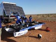 ソーラーカーを調整中の東海大学チーム。ワールド・ソーラー・チャンレンジ2013