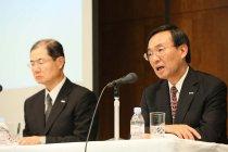 事業変革の取り組みについて説明するパナソニック社長・津賀一宏(写真右、2013年10月31日都内)