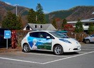 エヴァンゲリオンデザイン充電スタンド(2号機)が設置されている、箱根町立箱根湿生花園