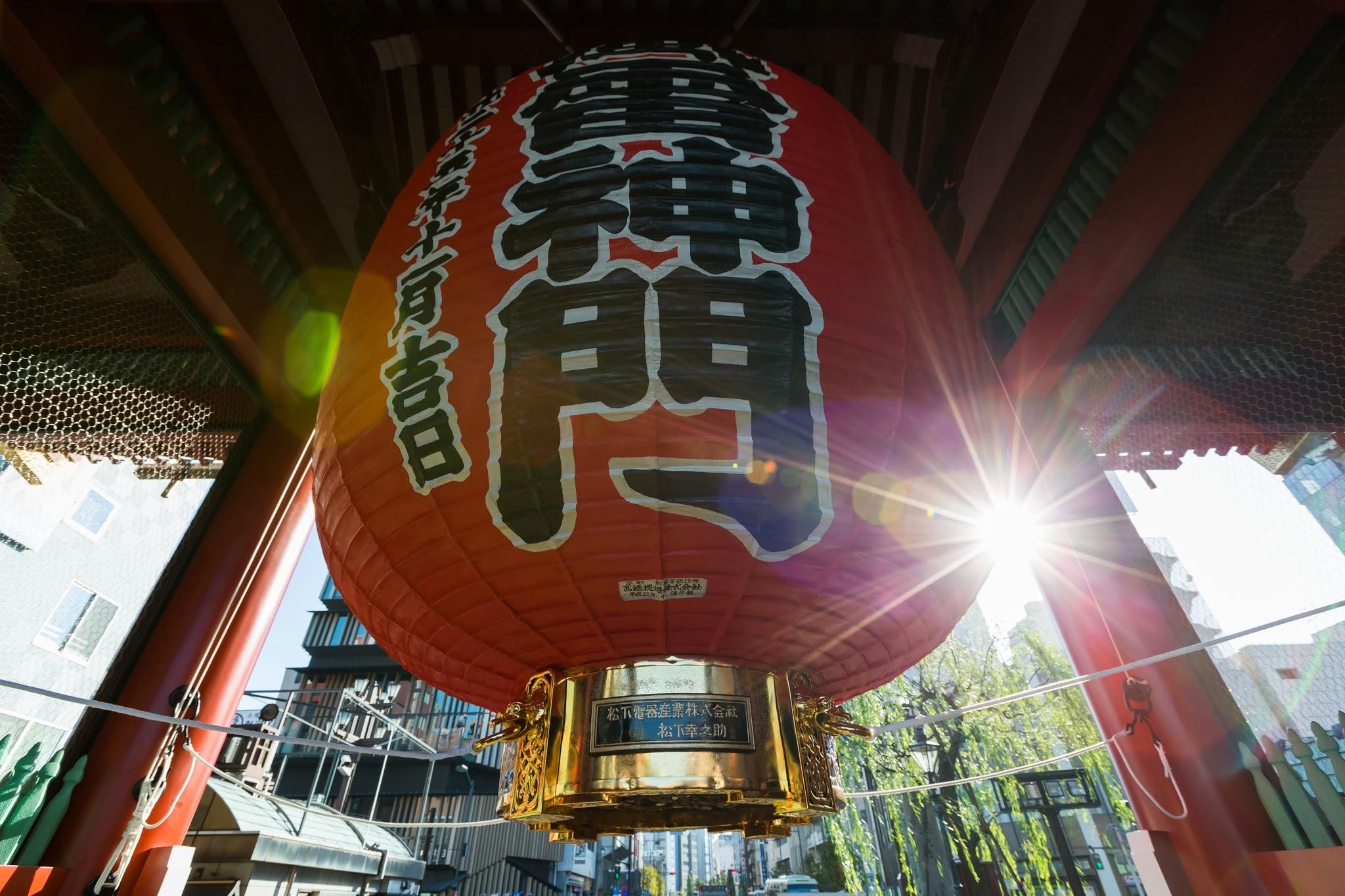 浅草寺の雷門に吊るされた改修後の大提灯