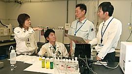人工光合成システム開発プロジェクトメンバー 実験室にて