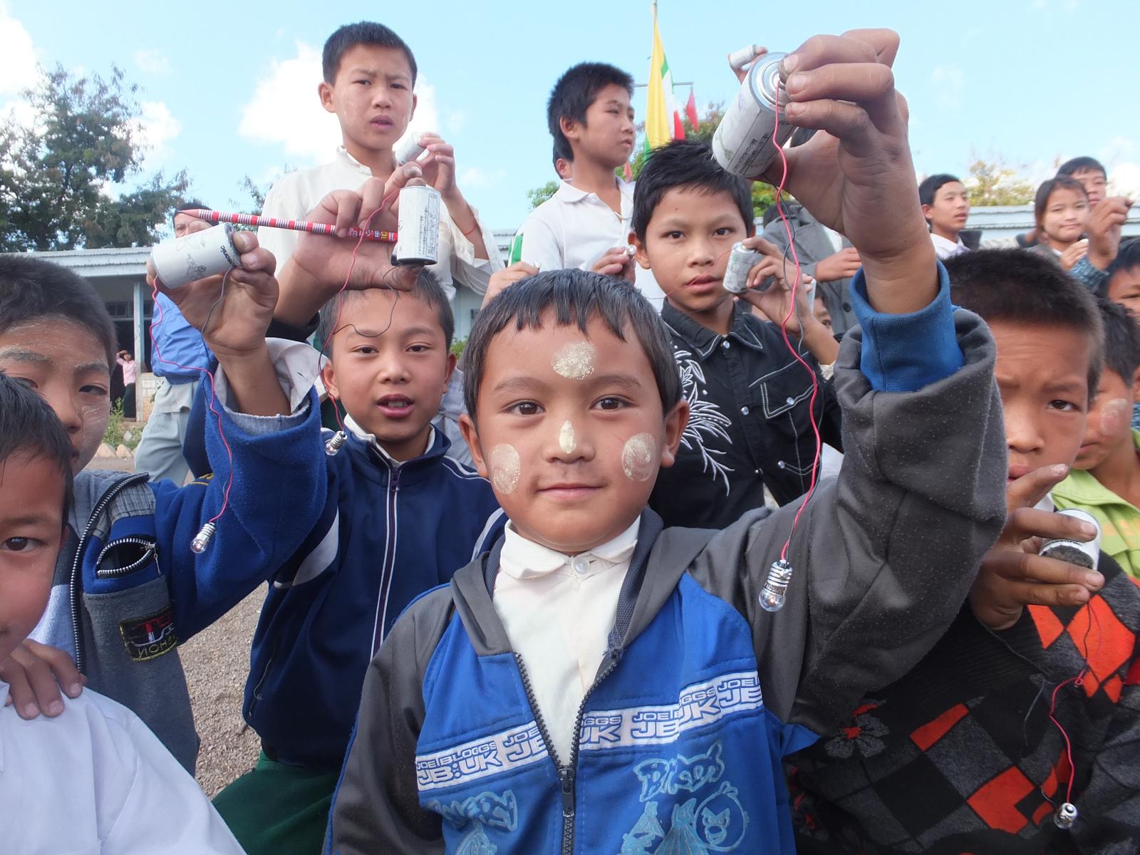 パナソニック「手づくり乾電池教室」 完成した電池を持つミャンマーの子どもたち