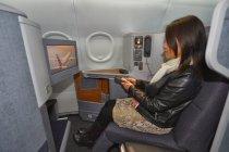 機内エンタテインメントシステム。シンガポール航空のファーストクラスをブースに展示。