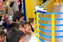 贈呈されたプラレールに夢中な園児たち