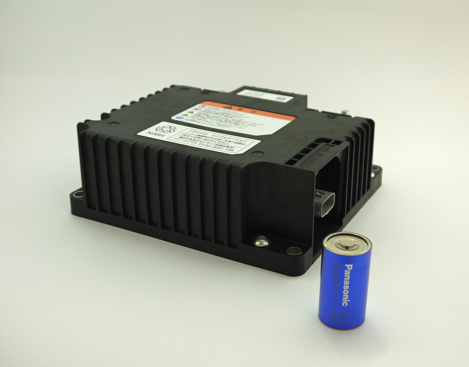 パナソニックの「12V エネルギー回生システム」(奥)、車載用ニッケル水素電池セル(手前)