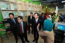 環境に配慮したリサイクル素材で作られた、環境対応型オフィス「UMCares」の見学会の様子