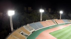 パナソニックのLED投光器を採用した「パロマ瑞穂スタジアム」の照明塔(夜間)