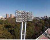 パナソニックのLED投光器を採用した「パロマ瑞穂スタジアム」の照明塔(昼間)