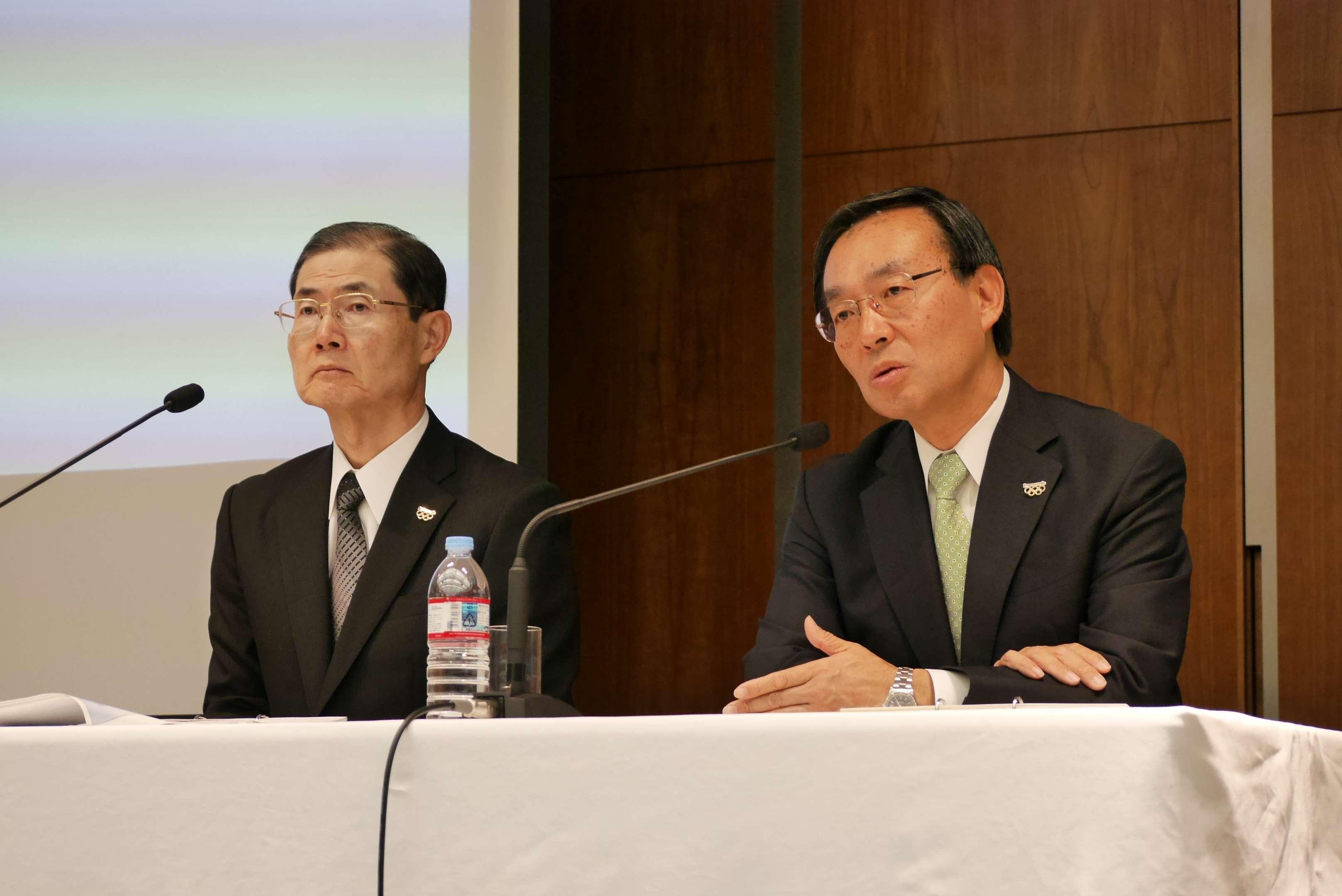 2014年度決算概要を説明する津賀一宏社長(写真右)と河井英明専務
