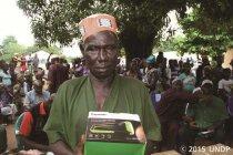 パナソニックがUNDPにソーラーランタンを寄贈、エボラ出血熱感染地域へ配布を開始(写真1)