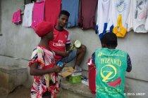 パナソニックがUNDPにソーラーランタンを寄贈、エボラ出血熱感染地域へ配布を開始(写真5)