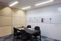 オフィスゾーンでは、照明の他、施工が容易な置き敷きタイプのOAフロアを展示
