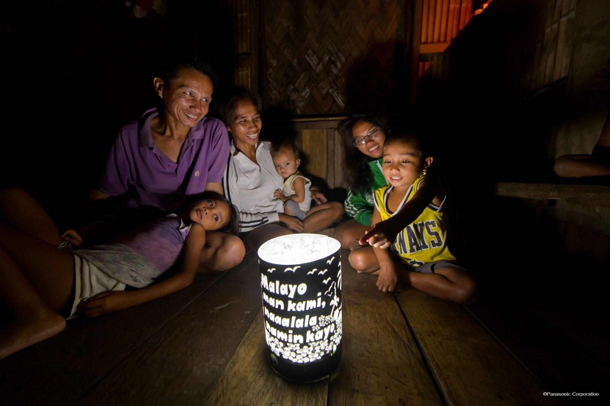 手作りのシェードとともにソーラーランタンの明かりで家族団らん