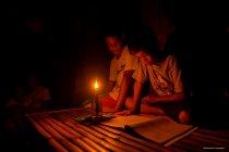 灯油ランプでは明るさが不十分な上、煙による健康被害と火事の危険も
