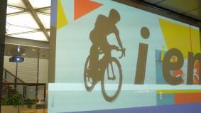 より多くの方にパラリンピックについて知っていただくためロビーに投射する映像は外からでも見られる
