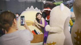 CM撮影の合間にご当地キャラクターと戯れる綾瀬はるかさん