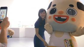 綾瀬はるかさんと「ちっちゃいおっさん」の記念撮影