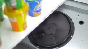 省エネファンにより、冷蔵ショウケースから冷気のモレを防ぐ。