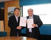 調印式にて:パナホーム 藤井康照社長(左)、MKH社 CHEN KOOI CHIEW会長兼CEO
