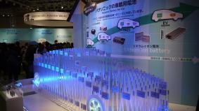 環境対応車用リチウムイオン電池でつくったクルマの模型展示