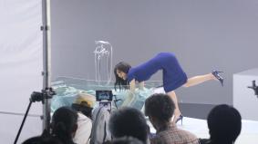 """""""濡れても安心""""なプライベート・ビエラを持ったまま、浴槽にバシャン!体を張った綾瀬さんの熱演"""