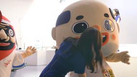 ご当地有名人・キャラクターたちと撮影の合間に談笑する綾瀬さんの様子は、メイキング映像で!