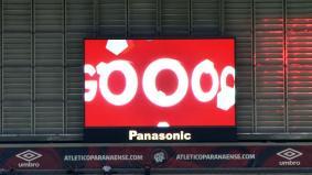 ブラジルのスタジアム「アレーナ・ダ・バイシャーダ」に設置された77平方メートルの大型サイネージ