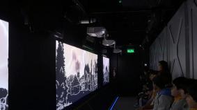 超短焦点レンズの技術により、限られたスペースで壁いっぱいに映像を映すことができる@MUI