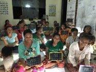 夜の識字教室での活用例 (C) Shanti Volunteer Association