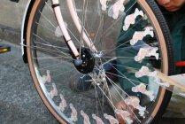 自転車の車輪にセットされたゾエトロープ(ゾートロープ)