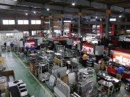 常時たくさんの台車が配置されている台車倉庫(写真手前)