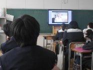 晴海中学校(東京都中央区)での検証授業(映像教材活用中の様子)