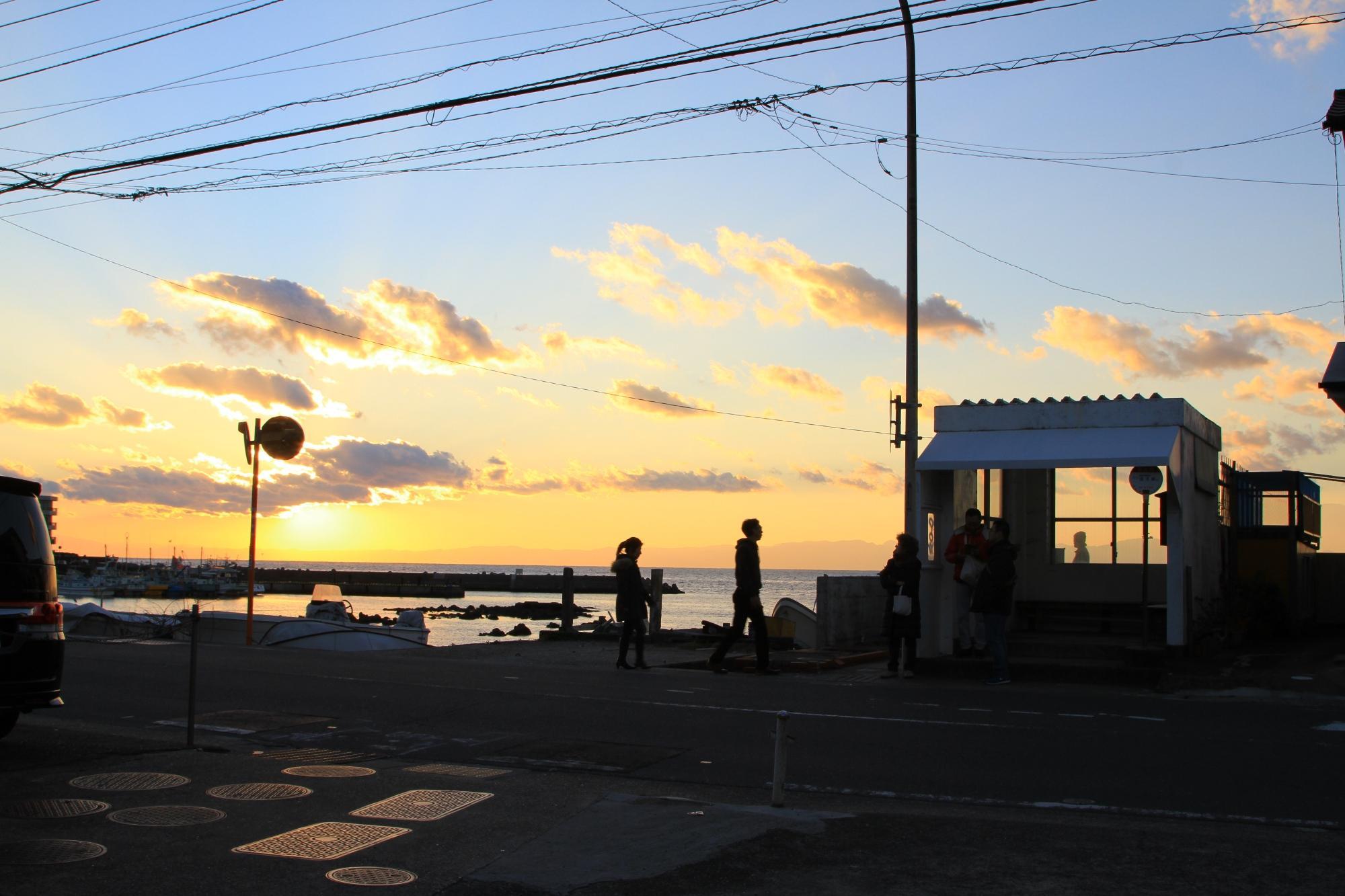葉山町 写真1 「夕暮れのバス停」