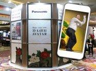 劇場前で実施された技術展示「3D KABUKI AVATAR」の様子と来場客のアバターのイメージ