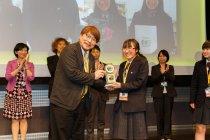 CMディレクター 山口 香審査委員からトロフィーを授与される磐城高等学校の遠藤 愛実さん
