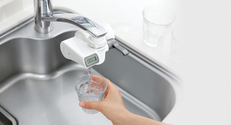 パナソニックが蛇口直結方式浄水器 3機種を発売 (写真はTK-CJ23 使用シーン)