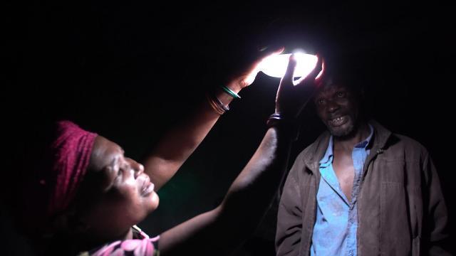 「ソーラーランタン10万台プロジェクト」寄贈累計8万台を達成~パナソニックが南アフリカ、スワジランド、レソトへ初寄贈