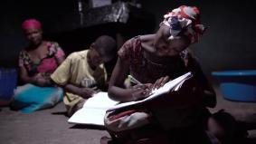 パナソニックのソーラーランタンのあかりで勉強する子ども達