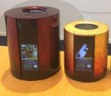 「Sake Cooler」の容量は従来比50%オフを実現 (左:初期モデル、右:今回の小型モデル)